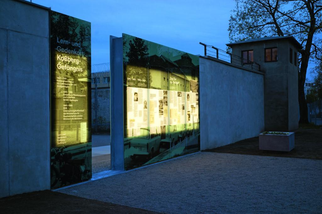 Dauerausstellung und Wachturm am Abend